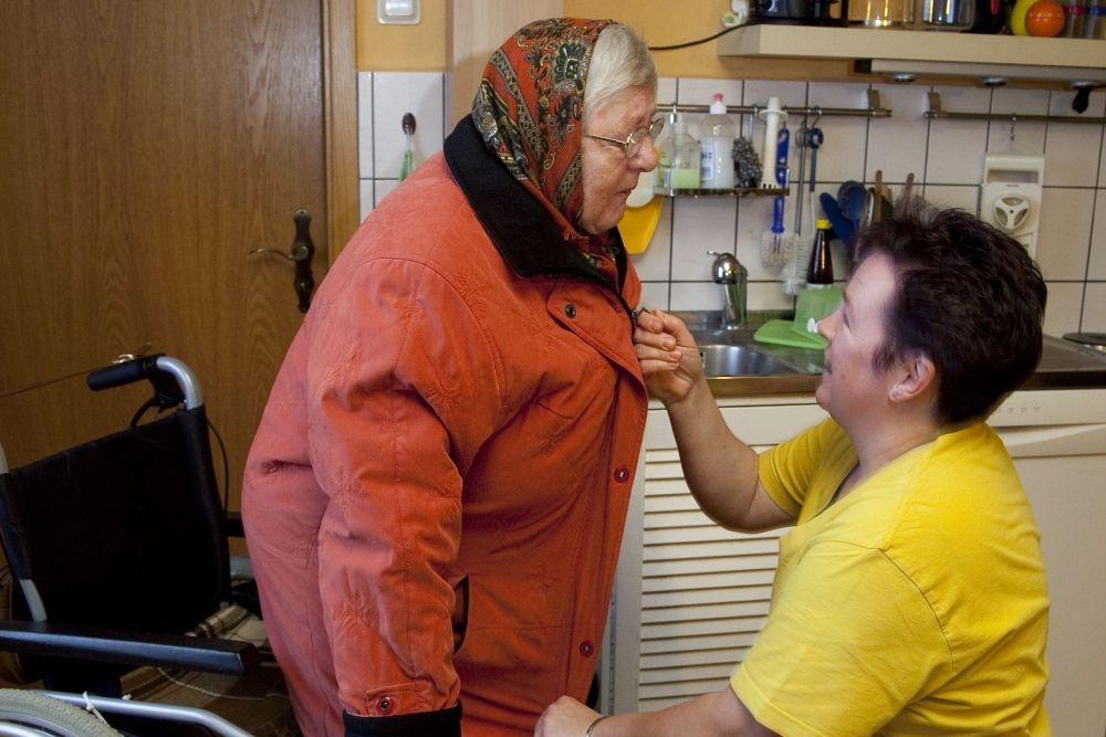 Leben im Alter Hilfe beim Ankleiden