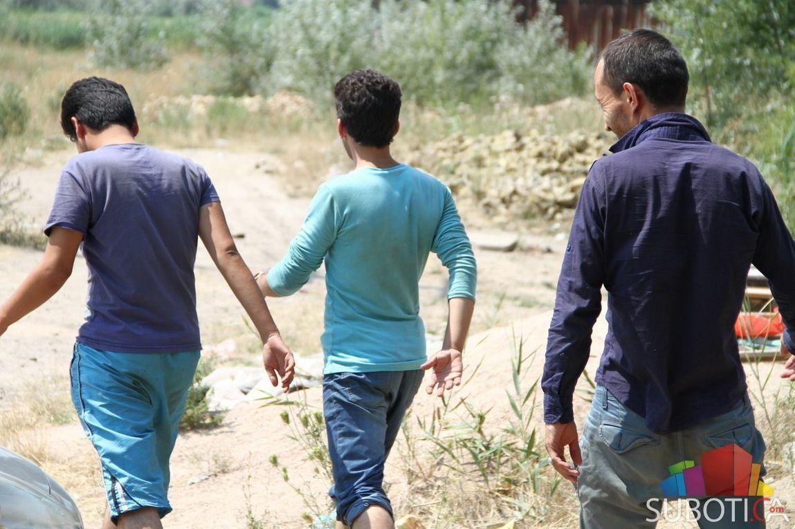 drei junge Flüchtlinge auf dem Weg durch Serbien