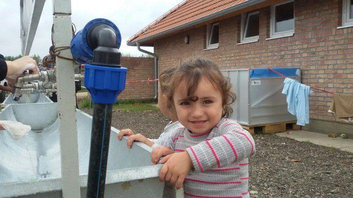 Flüchtlinge waschen sich in Kanijza