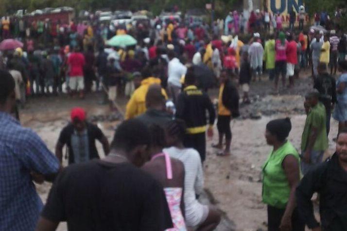 haiti-hurrikan-matthew-menschen-warten-auf-verteilung.jpg
