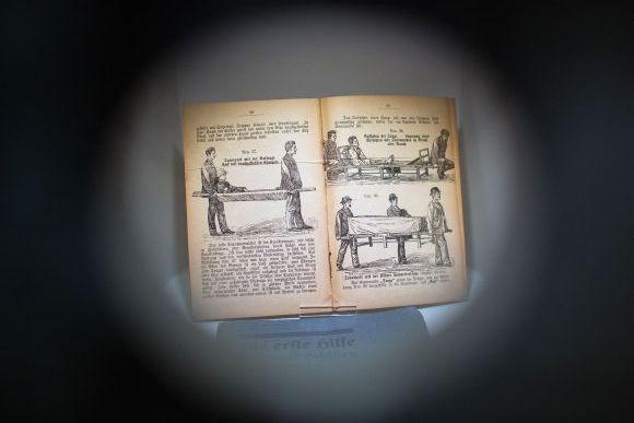 ausstellung-lehrbuch.jpg