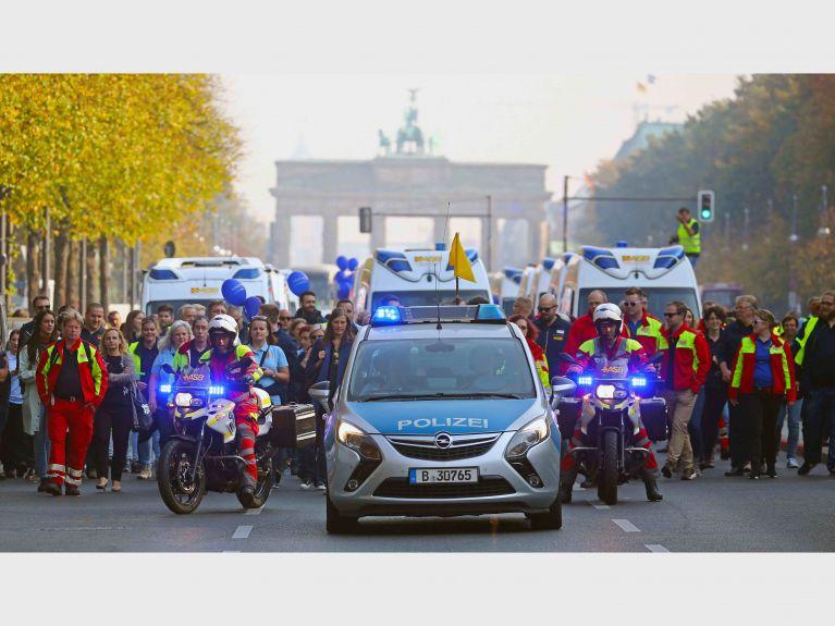 Wünschewagen treffen sich am Brandenburger Tor