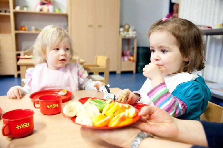 Kinder frühstücken in einer ASB-Kita